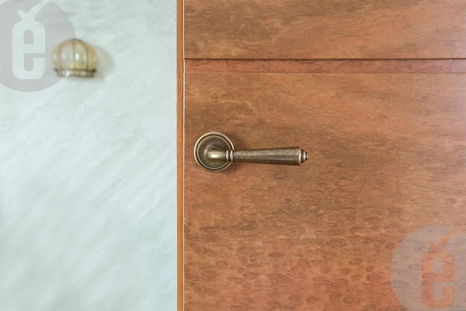 Невидимые двери в интерьере классического стиля