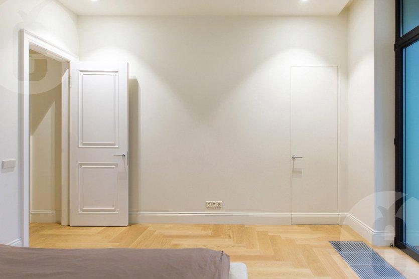 Белые двери со скрытыми петлями
