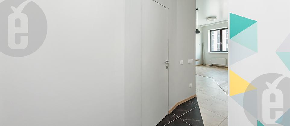 Белая скрытая дверь в интерьере