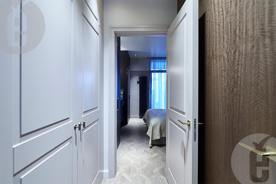 Скрытые двери с отделкой шпоном в комплексе со стеновыми панелями
