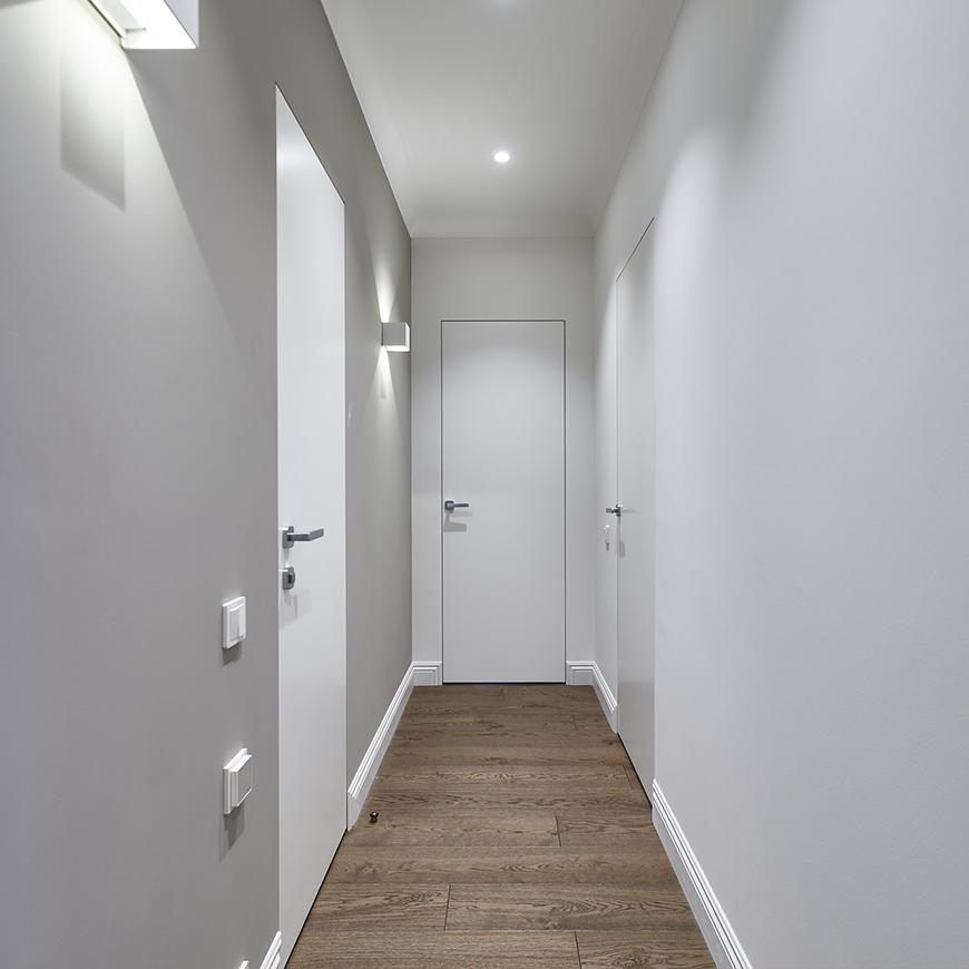 Скрытые белые двери в интерьере квартиры