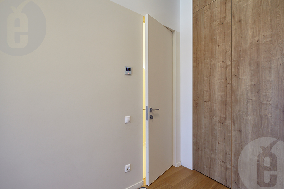 Межкомнатные двери с зеркалом и невидимки в эмали