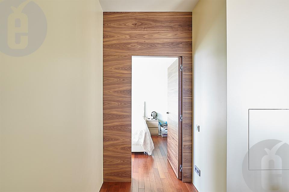 Межкомнатные шпонированные двери в скрытом коробе и с наличниками