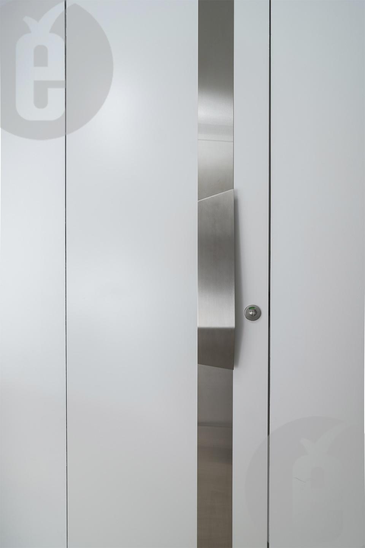 Модные двери белого цвета в интерьере ресторана