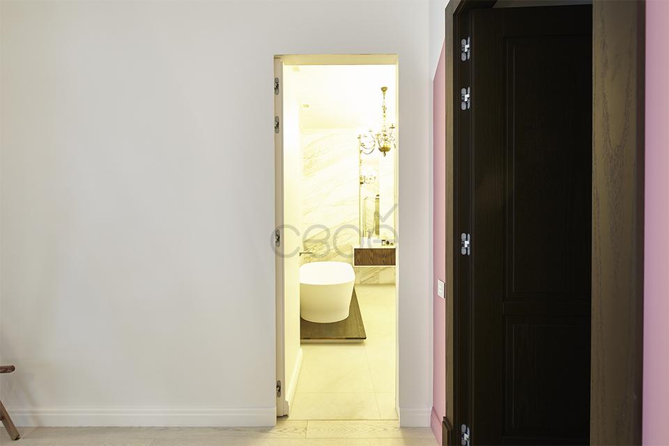 Скрытая дверь в ванную