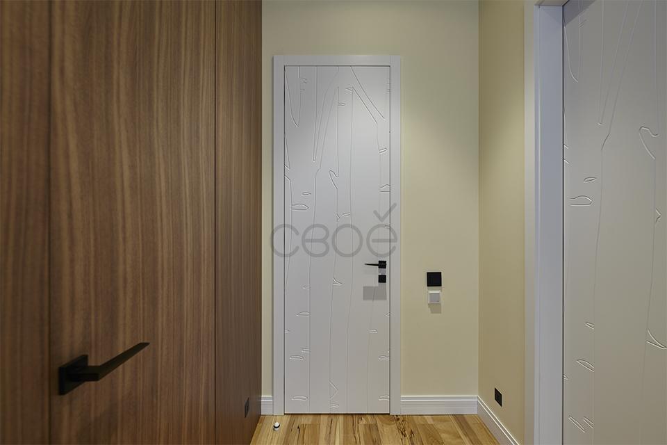 Белая дверь с наличником