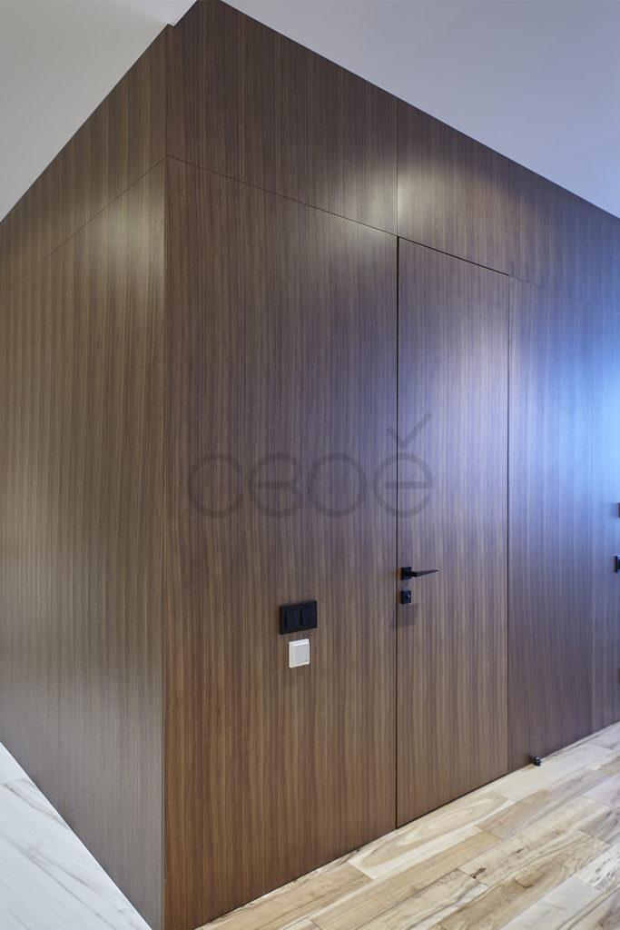 Дверь в теле деревянных панелей