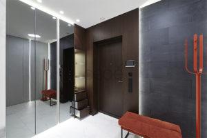 Оригинальные двери шпон и керамогранит для современной московской квартиры